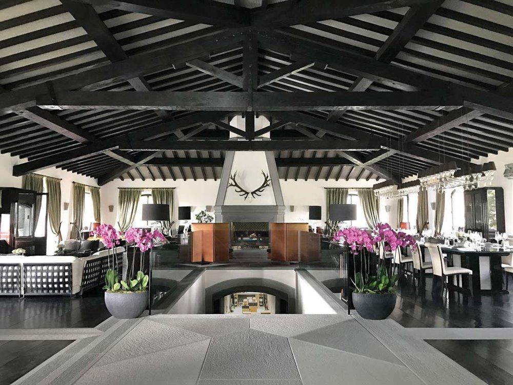 Stefano Ricci先生宅邸的大廳,天花板上粗獷的木質橫梁與精緻典雅的家居佈置對比鮮明。