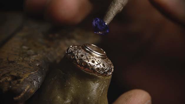 品牌推出的珠寶配飾同樣採用傳統手工技藝鑲嵌打造。