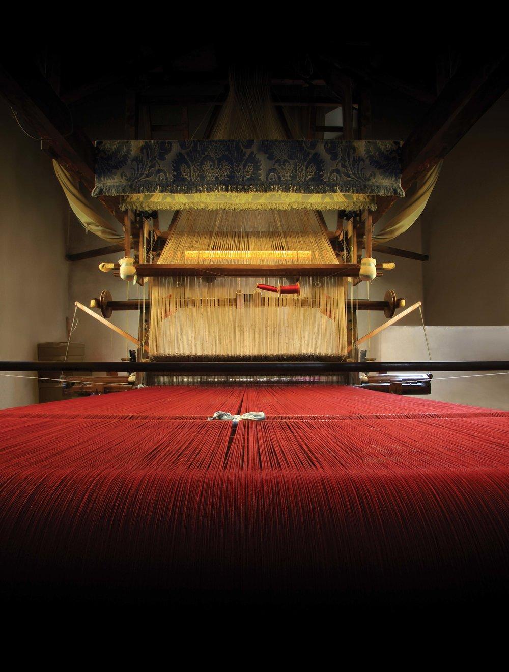 始於1786年的真絲織物紡織廠Antico Setificio Fiorentino,是現存的歷史最悠久的紡織廠之一,其採用傳統工藝紡織的華麗織錦,深受全世界王室貴族們的青睞。