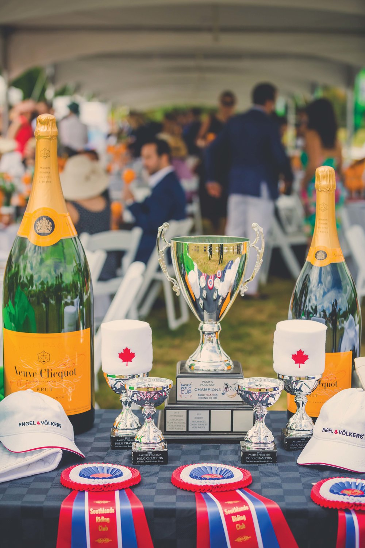 現場的獎盃、獎品和香檳陳列桌。