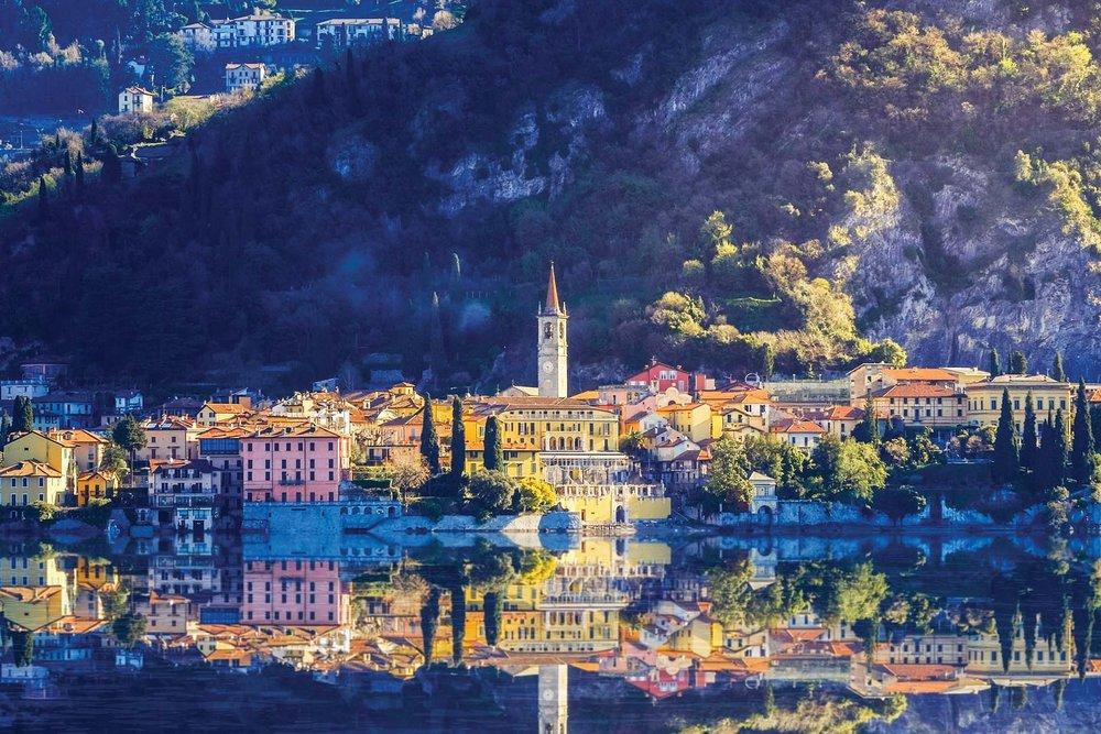 位於科莫湖中央位置的中世紀小鎮Varenna,以迷人的小街道和美麗的湖畔餐館、別墅等建築而聞名。SAHACHATZ / Shutterstock.com
