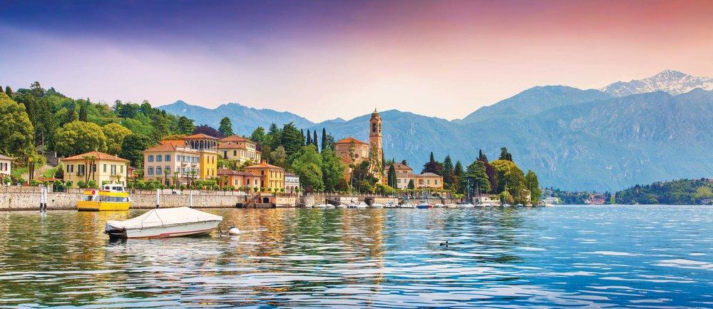 湖畔小鎮Mezzegra沐浴在溫暖燦爛的夕陽中。Andrew Mayovskyy / Shutterstock.com
