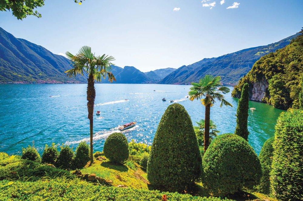 租一艘船在科莫湖中自由航行是再享受不過的事情。Aleks Kend / Shutterstock.com