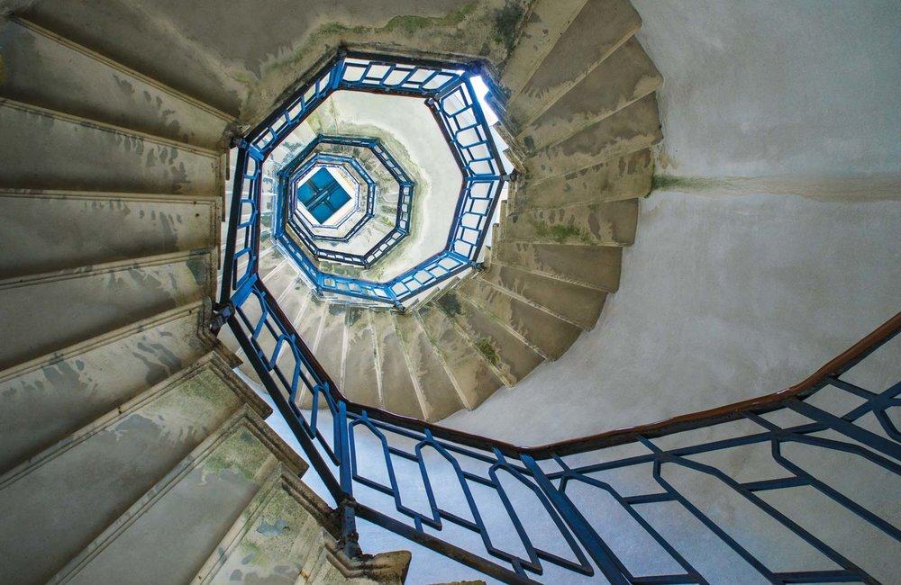 Volta燈塔內螺旋而上的樓梯。Aleks Kend / Shutterstock.com