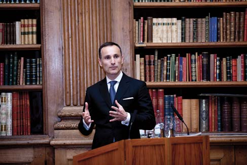 Vasilios Zoupounidis在現場發表獲獎感言。