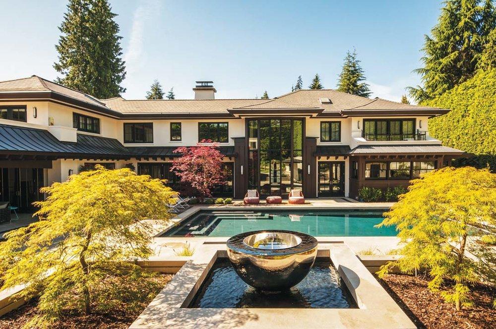 面積達8,700平方英呎的宅邸前,有著寬闊的游泳池和精心打造的庭院。黃昏的陽光灑在閃亮的金屬日晷上,令花園中的禪意味道愈加濃厚;