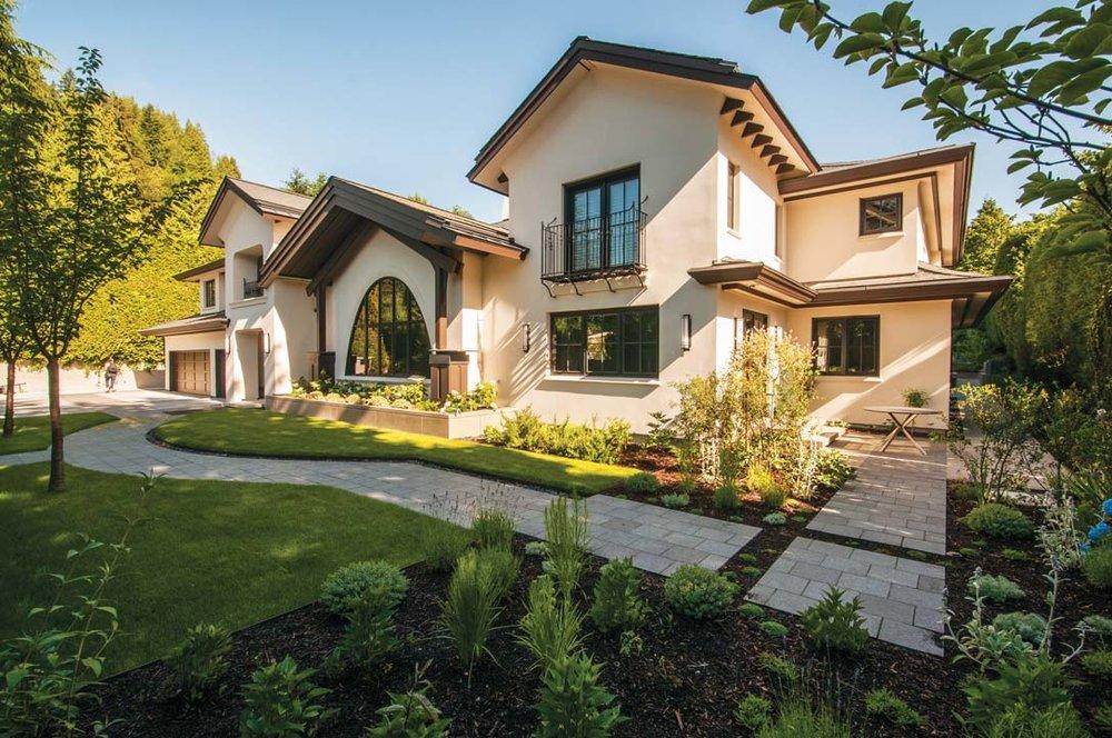 整座宅邸融合了東西方兩種設計風格。屋頂的設計沒有過於高聳,還有寬闊的挑簷,巨大的弧形的窗增添了一份優雅;
