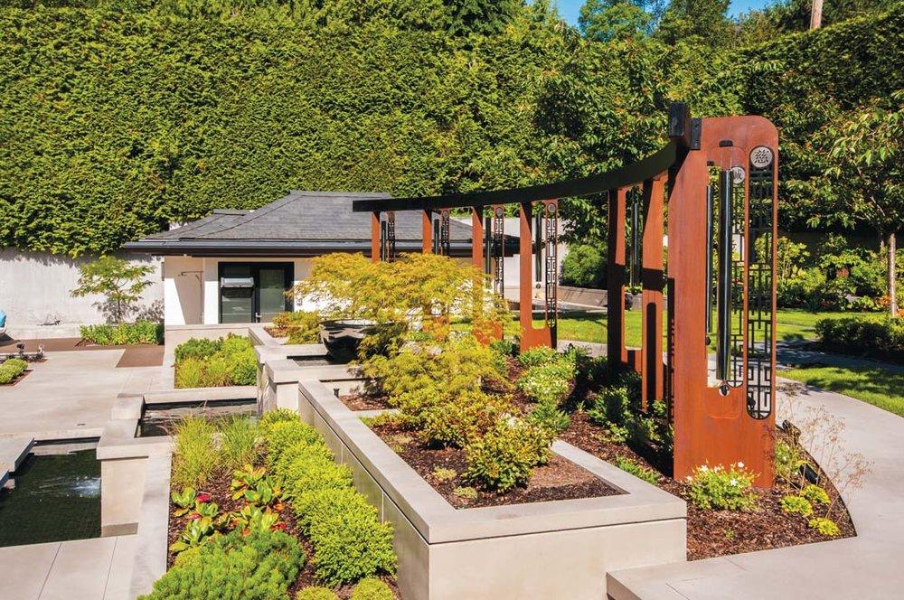 由著名雕塑家打造的巨大的金屬風鈴架是花園中最醒目的景觀,上面鐫刻的漢字和隨微風陣陣傳來的樂音令花園更顯輕靈飄逸。