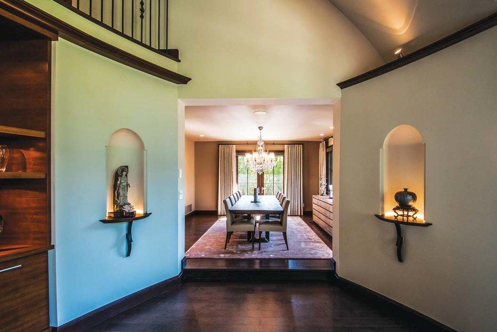 客廳誇張的弧形曲線擁抱著餐廳的入口,兩個充滿異域風情的壁龕中,擺放著來自東方的藝術品。