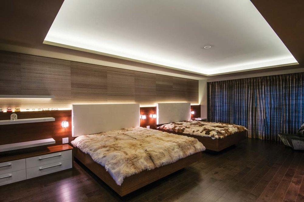 柔和的燈光,訂製的軟包床頭,兩張舒適的大床沒令空間感到任何的擁擠。棕色的木質與白色共同營造出臥室空間的寧靜氛圍。