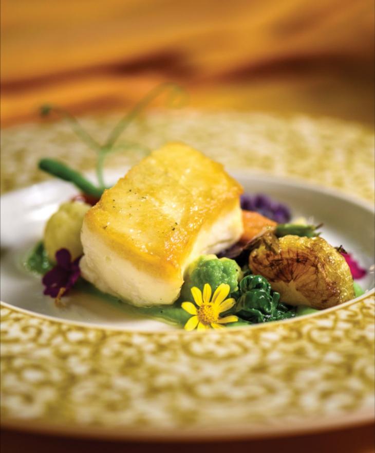 餐廳招牌菜「夏洛特皇后比目魚」。用橄欖油和鹽、黑胡椒簡單調味的比目魚肉,煎烤成誘人的金黃色,佐以烤製的時令鮮蔬,如:蘆筍、花椰菜、櫻桃番茄、洋蔥、青豆等。保持了食材的新鮮和原汁原味。Photography by Milos Tosic