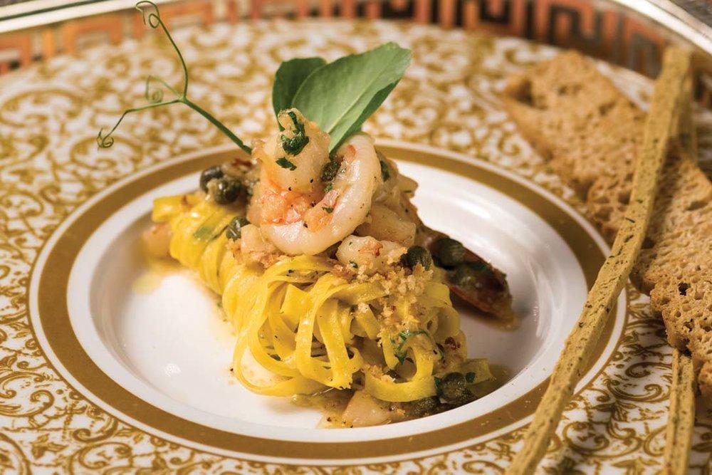 招牌意大利麵,以傳統意麵為主,佐以老虎蝦,並用橄欖油、酸豆等意大利傳統調味品調味。Photography by Milos Tosic