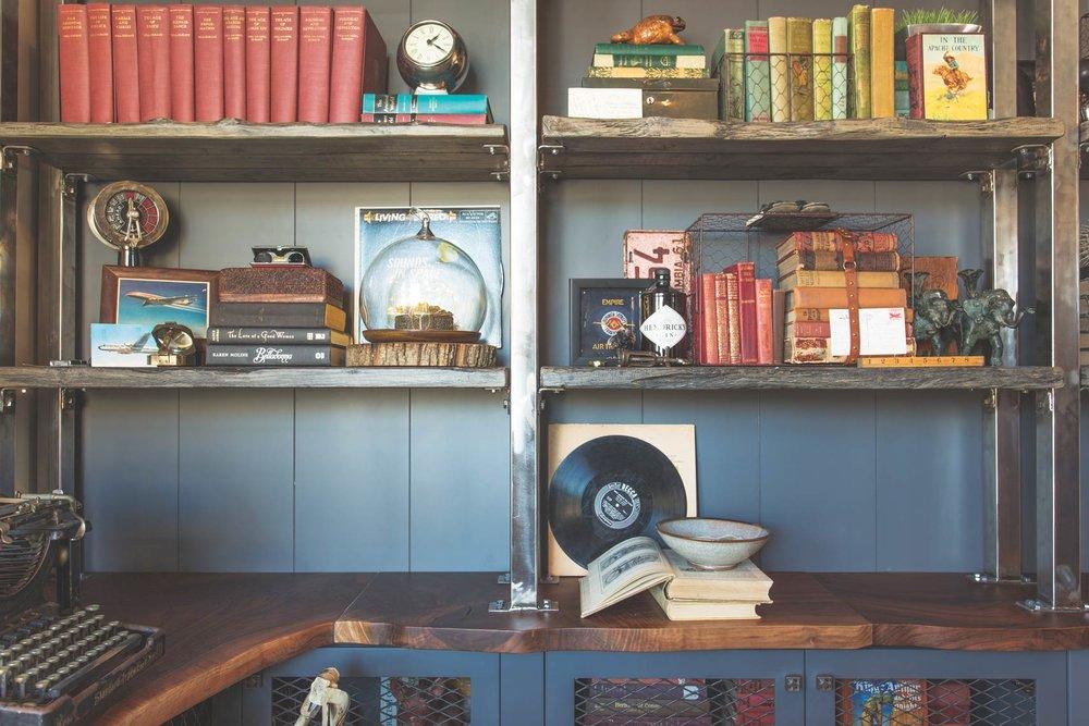 Jamie喜歡對一些舊物品進行改造,如圖中所示:用回收木材做架子,並增加一些金屬元素,還打造了胡桃木製作的檯面。他甚至用行李箱做出了很時尚的儲物櫃,還用回收的瓷磚給天花板添加了復古的效果。 Photo by Josh Lasko