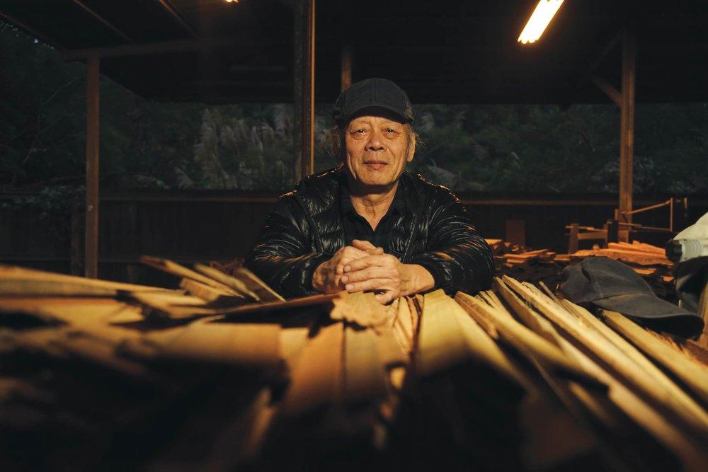 田承泰在柴堆前,通常燒一窯需要準備五千公斤木柴。中圖和右下圖:田承泰修建在故鄉苗栗南庄的爐窯,在青山綠水之間格外古樸幽靜。Photo by Ady Zhuang