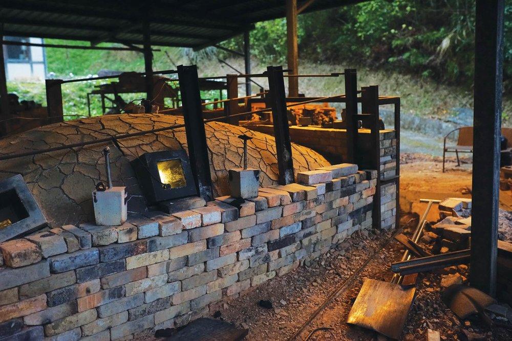 田承泰修建在故鄉苗栗南庄的爐窯,在青山綠水之間格外古樸幽靜。Photo by Ady Zhuang