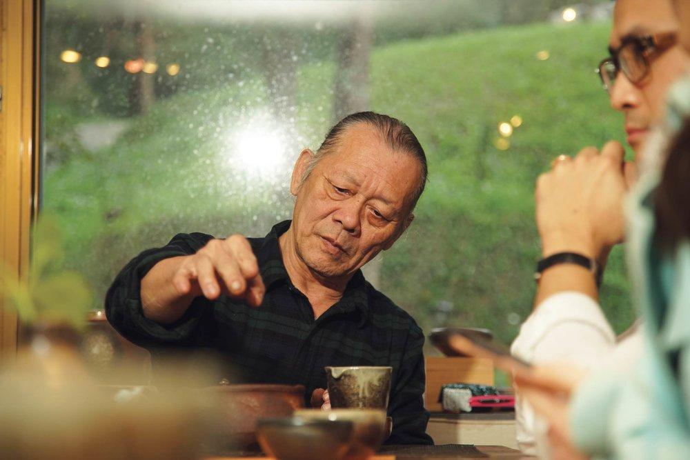 田承泰用他的柴燒作品來品茶。他說:「陶一定要用起來,不要供著,這樣才能看到它不斷地變化,真正瞭解它。」Photo by Ady Zhuang