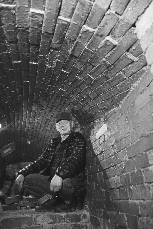 田承泰在自己親手搭建的爐窯中,在燒窯期間,爐內的溫度一直要保持在一千多攝氏度左右。 Photo by Ady Zhuang