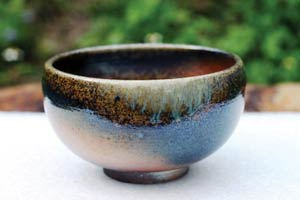 柴燒陶器表面的灰釉,在燒製過程中,會隨機呈現出各種瑰麗奇幻的色彩和紋理,每一件都獨一無二,不可複製。Photo courtesy of Chengtai Tian