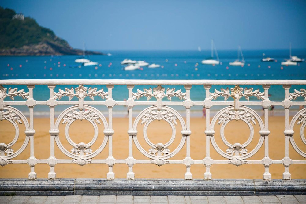 聖塞瓦斯蒂安La Concha海灘步行道旁精緻的白色鐵藝欄杆。asife/ Shutterstock.com