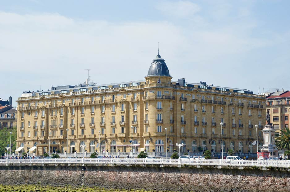 聖塞瓦斯蒂安Urumea河畔的Maria Cristina酒店,河水最終將注入比斯開灣;DeymosHR/ Shutterstock.com;