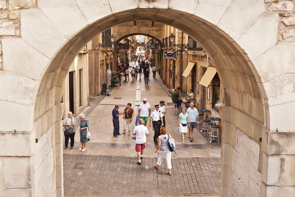 聖塞瓦斯蒂安的舊城街道,兩旁是鱗次櫛比的小餐館;peapop/ Shutterstock.com;