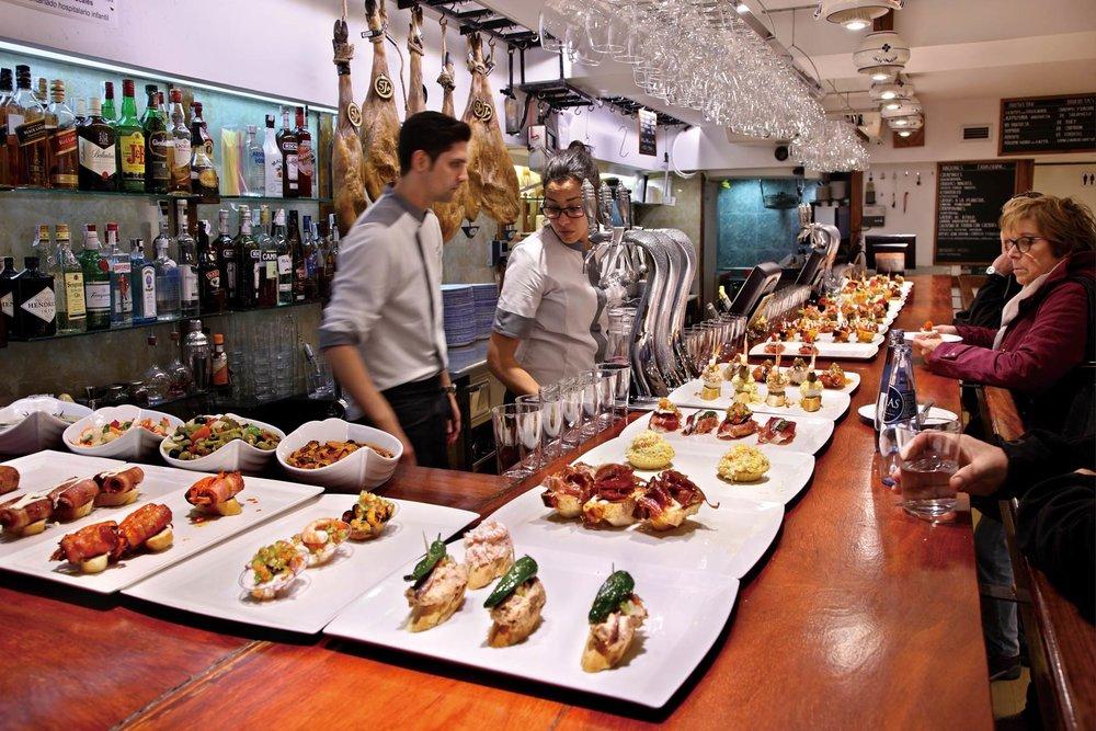 西班牙特色的伊比利亞火腿是當地小吃店pintxo中的特色美食。catwalker/ Shutter