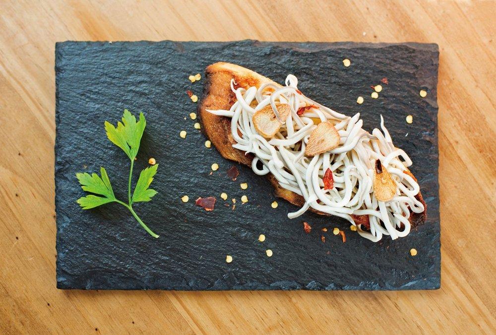 經典的pintxo小吃,小鰻魚配麵包。