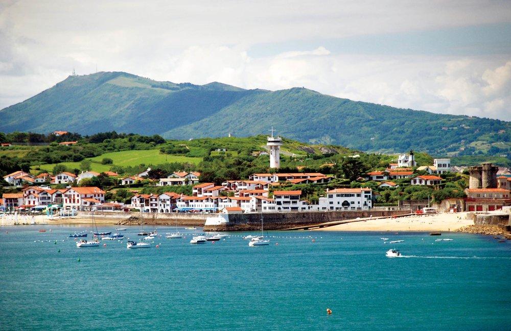 法國濱海小鎮聖讓德呂茲座落在比利牛斯山腳下。Dariya92300 / Shutterstock.com