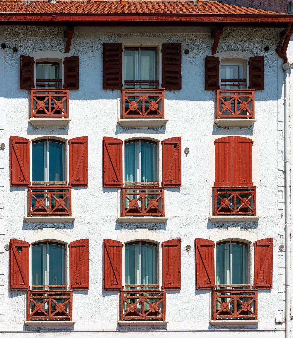 傳統的巴斯克建築有著白色的外牆和顏色鮮豔的門窗。Alvaro German Vilela/ Shutterstock.com