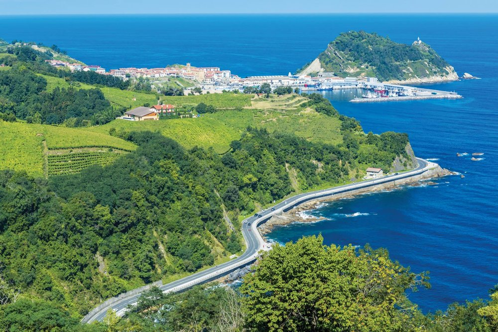 沿著格塔里亞陡峭的海岸山路行駛。一旁是壯麗開闊的海景,另一旁則是層層的葡萄園梯田。Alberto Loyo / Shutterstock.com