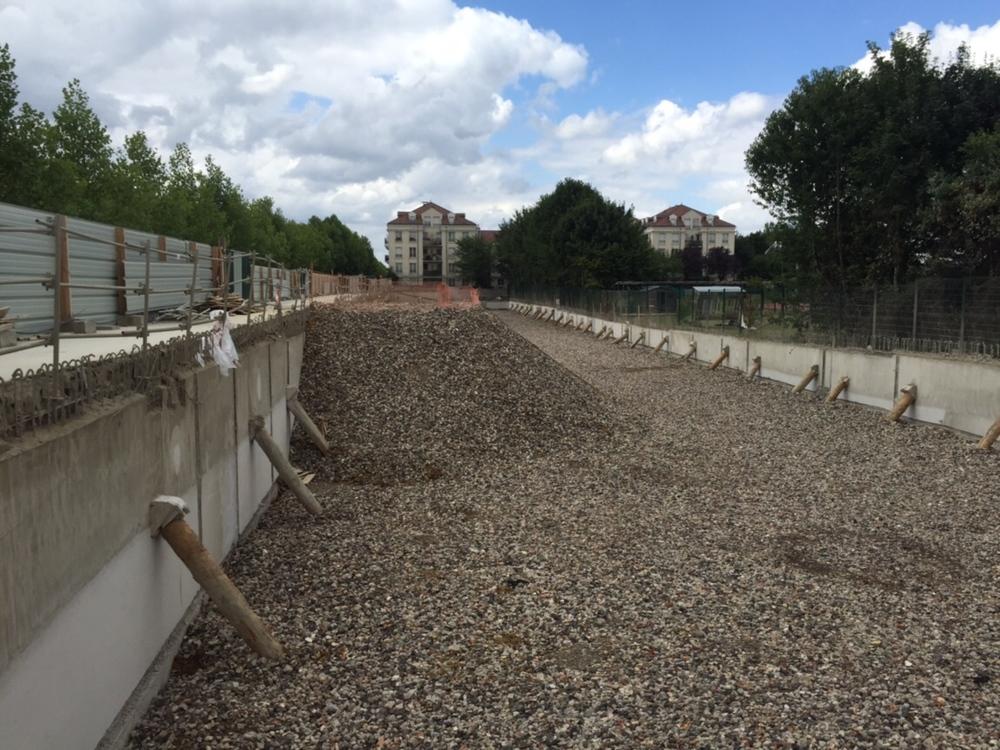 Fin du terrassement. Préparation du sol pour la réalisation des pieux et du radier.
