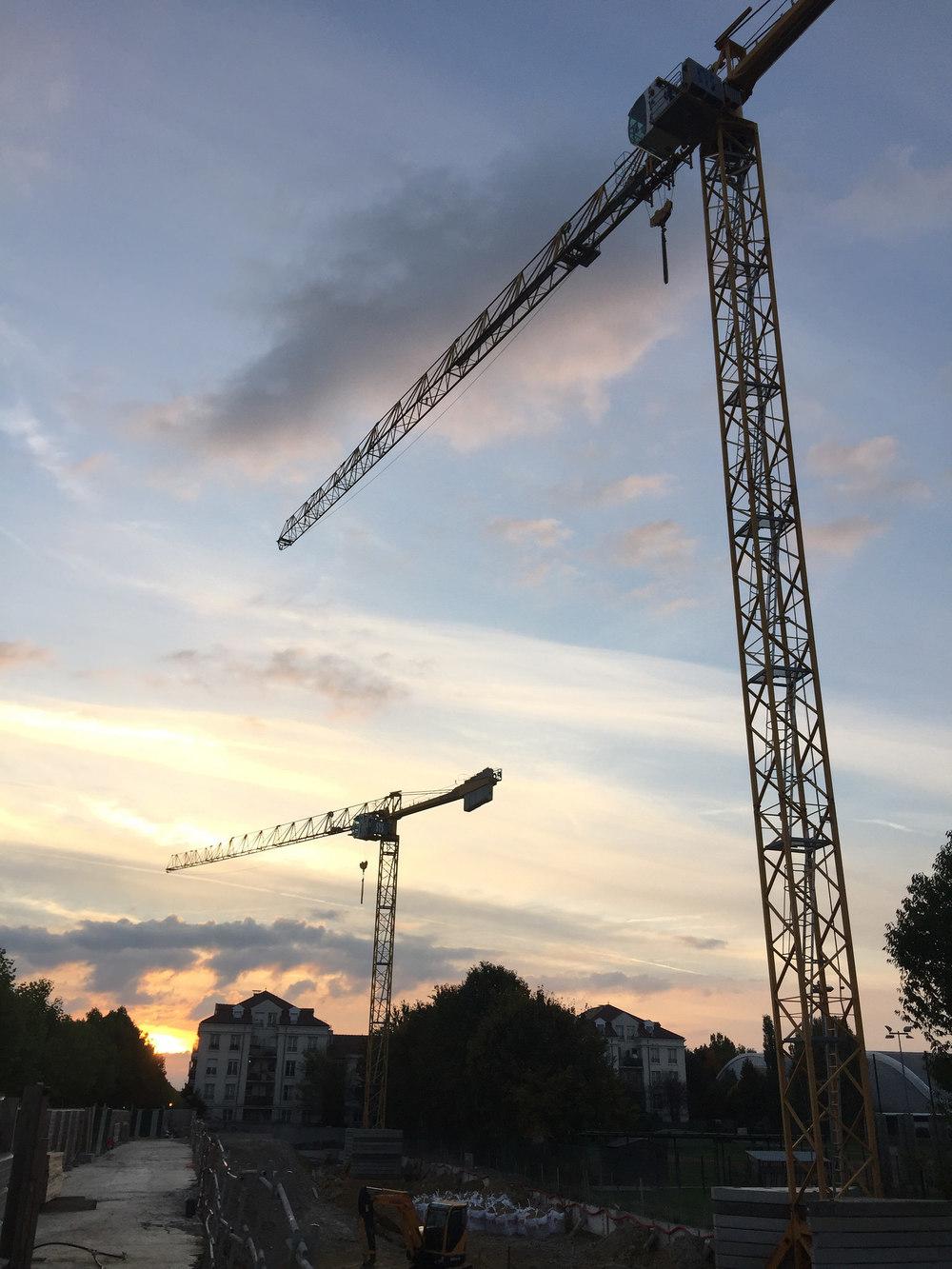 Montage des 2 grues pour la construction de nos 4 bâtiments.