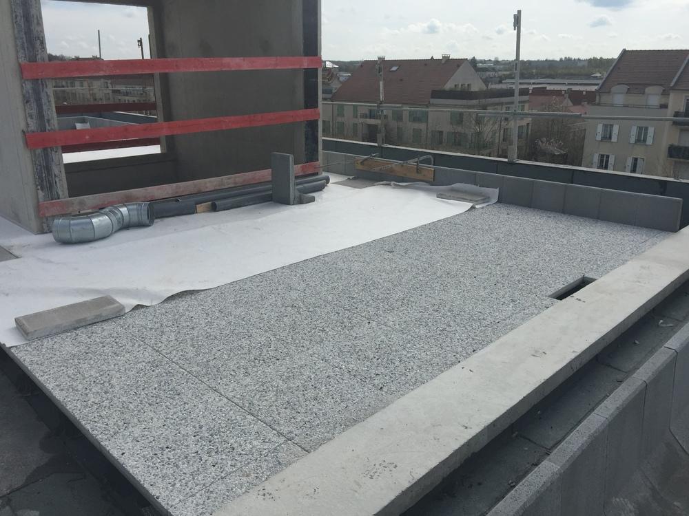 Pose des dalles sur plot des appartements en rooftop