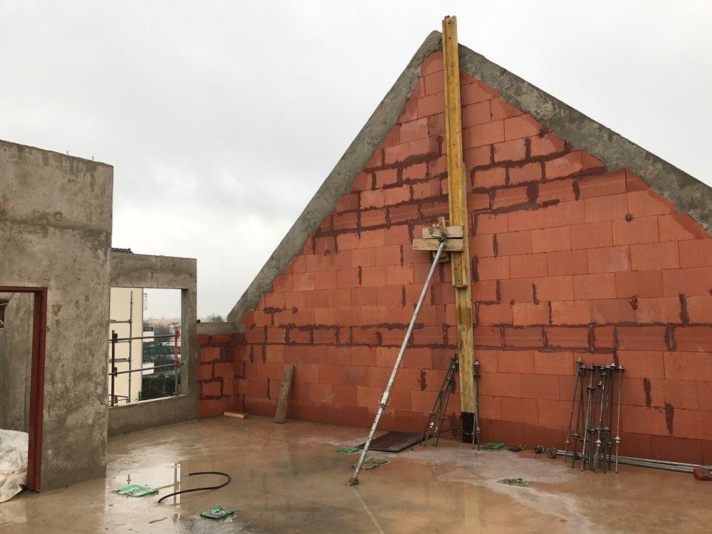 Finalisation des pignons du bâtiment