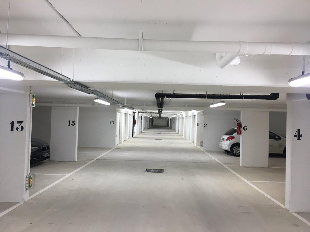 Parkings en sous sol entièrement peint en blanc