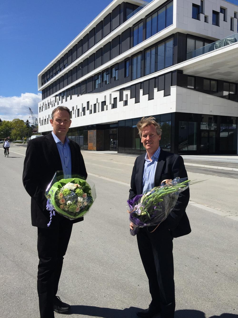Prosjektsjef Roy V. Jacobsen og administrerende direktør Trond Delbekk foran Værstes nyeste kontorbygg, Værstetorvet 1.