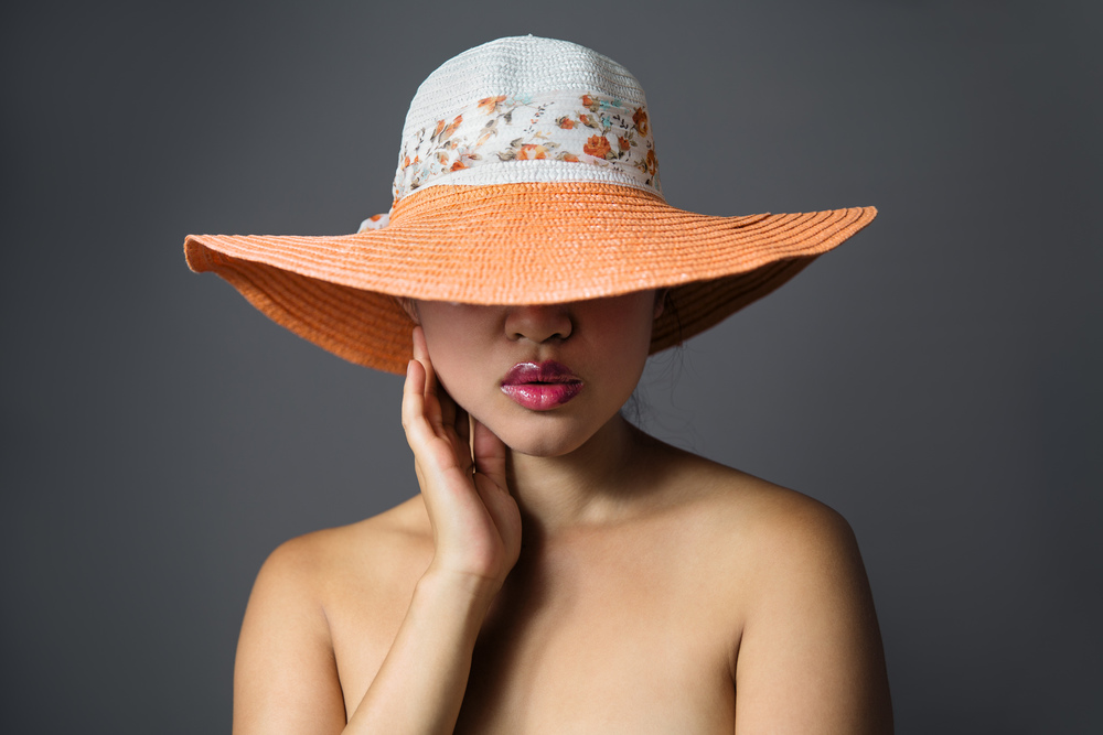 model modeling hat in photo studio paris
