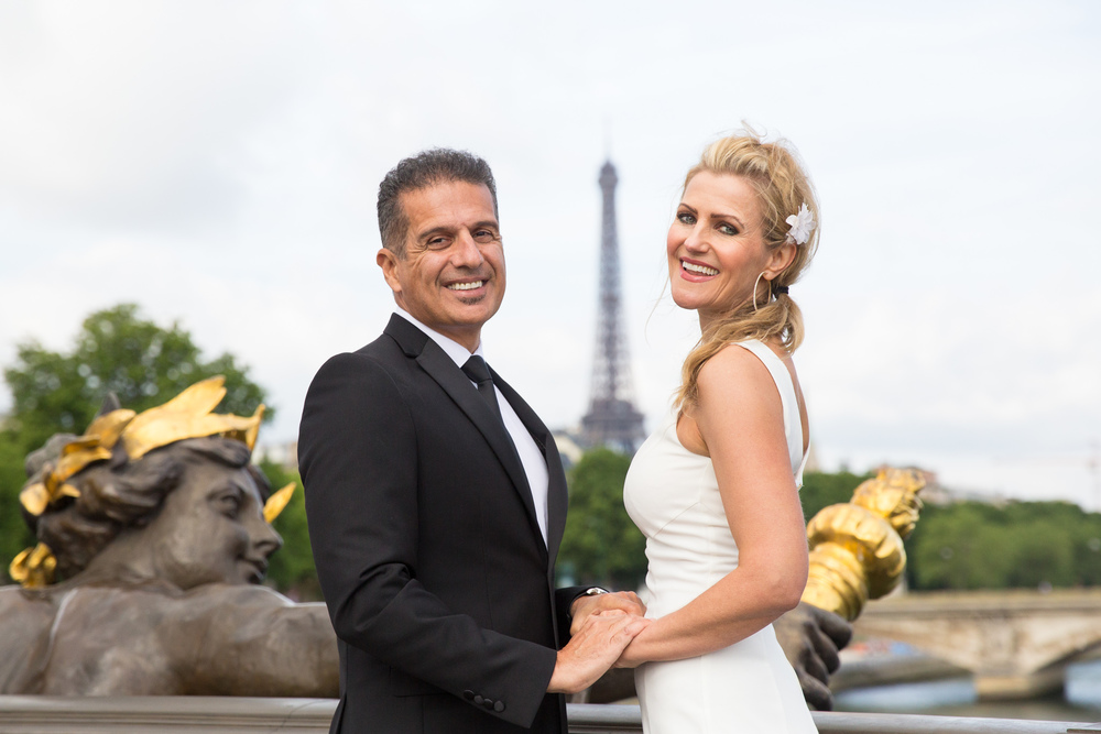 couple pose for paris photo shoot