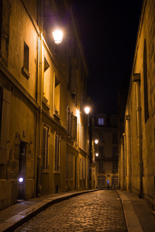 9302-famous-urban-photograph-in-paris.jpg