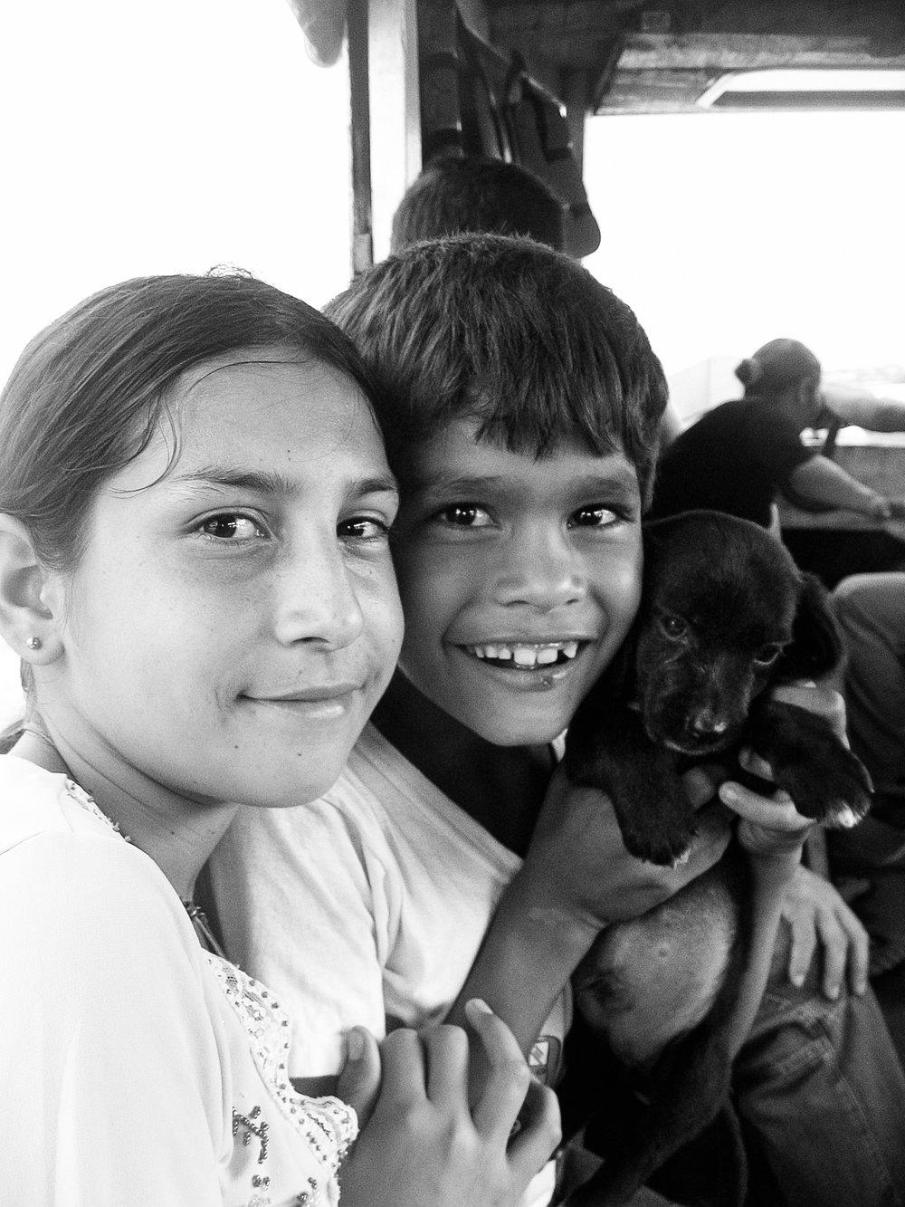 asuncion-7434-boy-and-girl-with-dog-on-boat.jpg