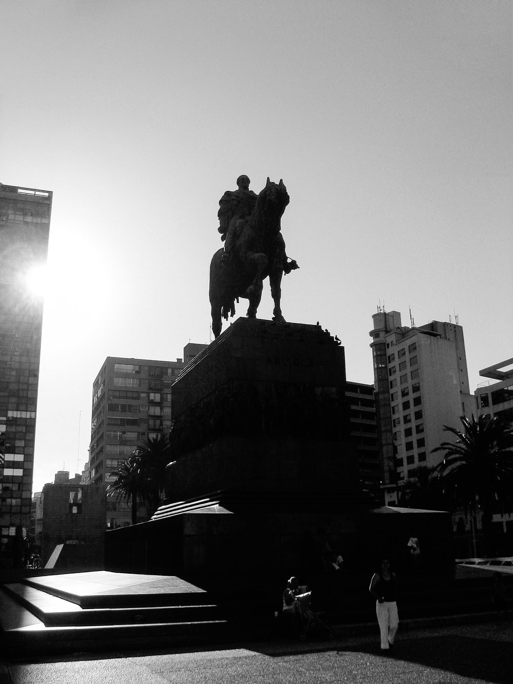 montevideo-6472-central-square-statue-of-statue-of-jose_artigas.jpg