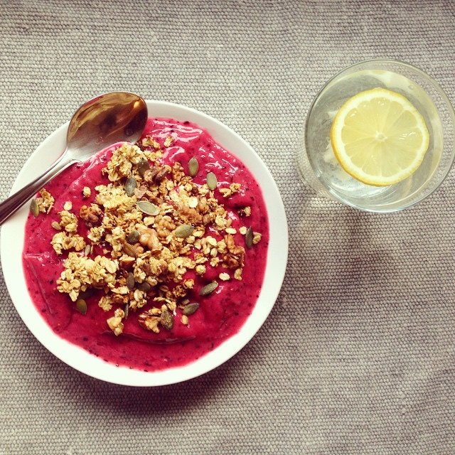 Berry-bowl-with-granola-topping