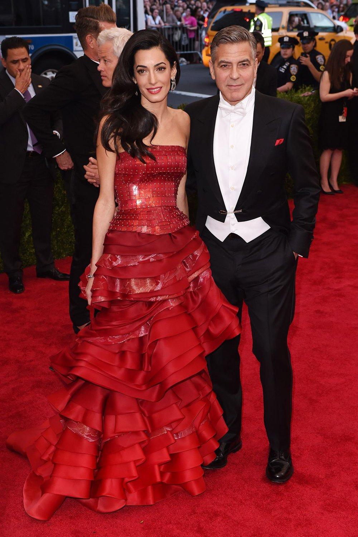 John Galliano regresó a la gala del MET con un vestido Maison Margiela diseñado especialmente para Amal Alamuddin.