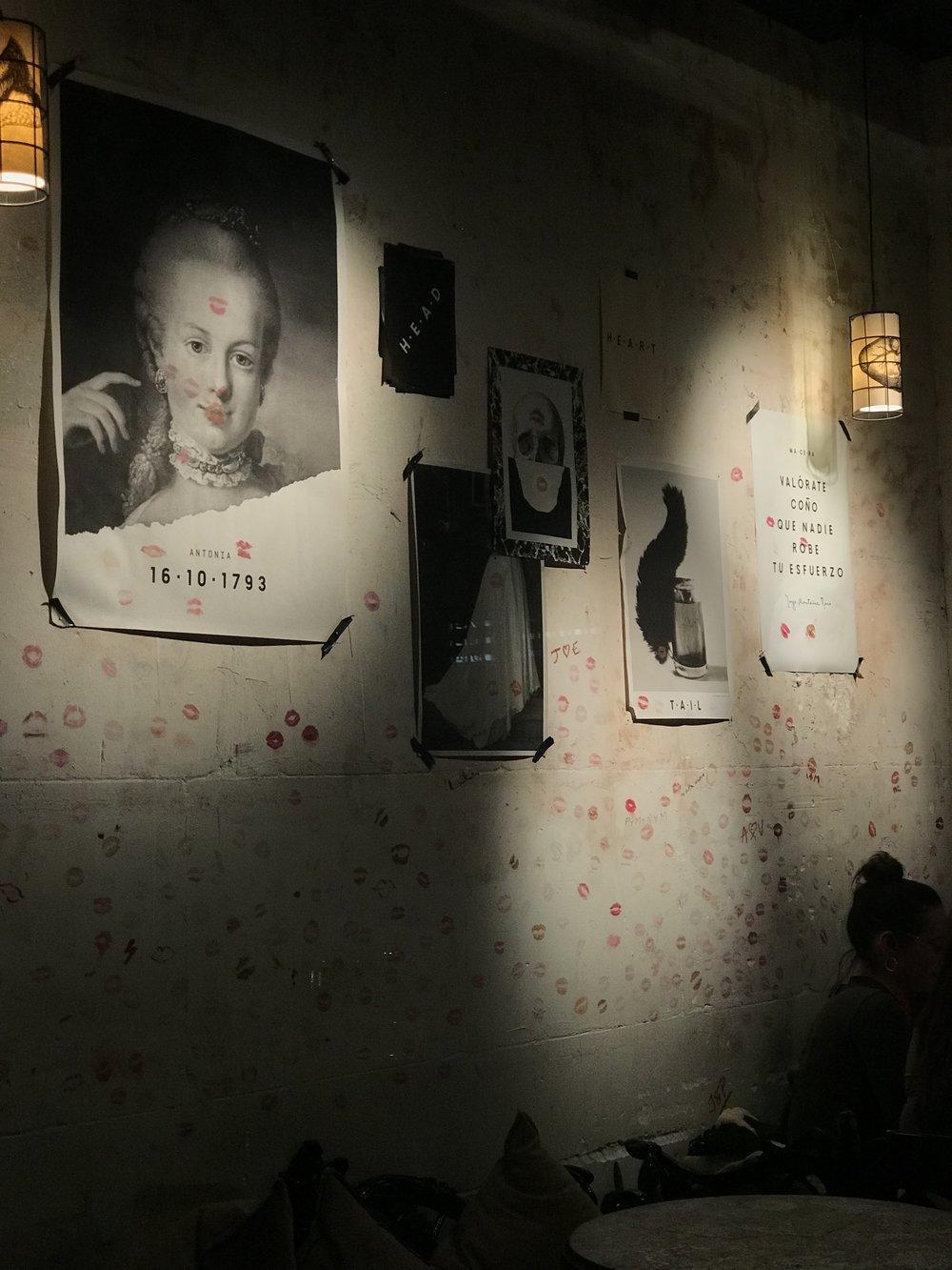La pared de Macera está decorada con marca de labios rojos de comensales.