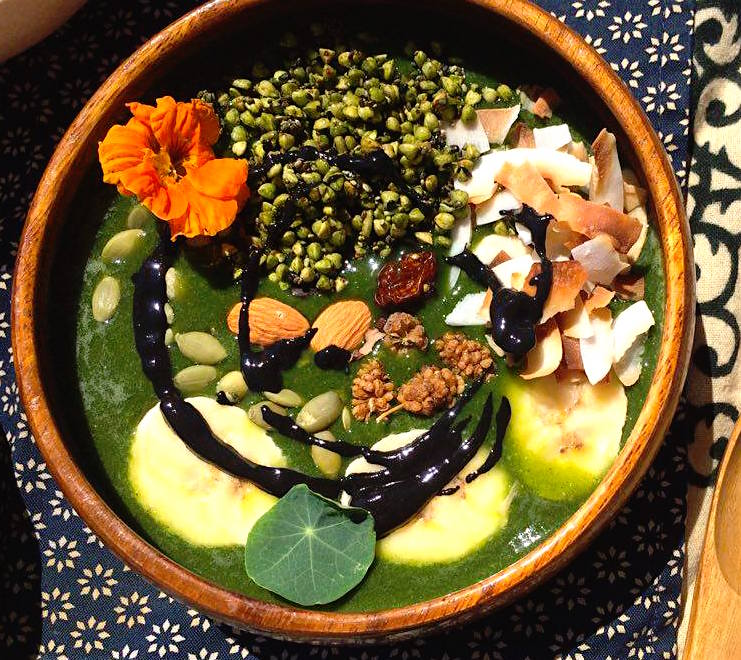 Serving ideas: green smoothie bowl with matcha rawnola