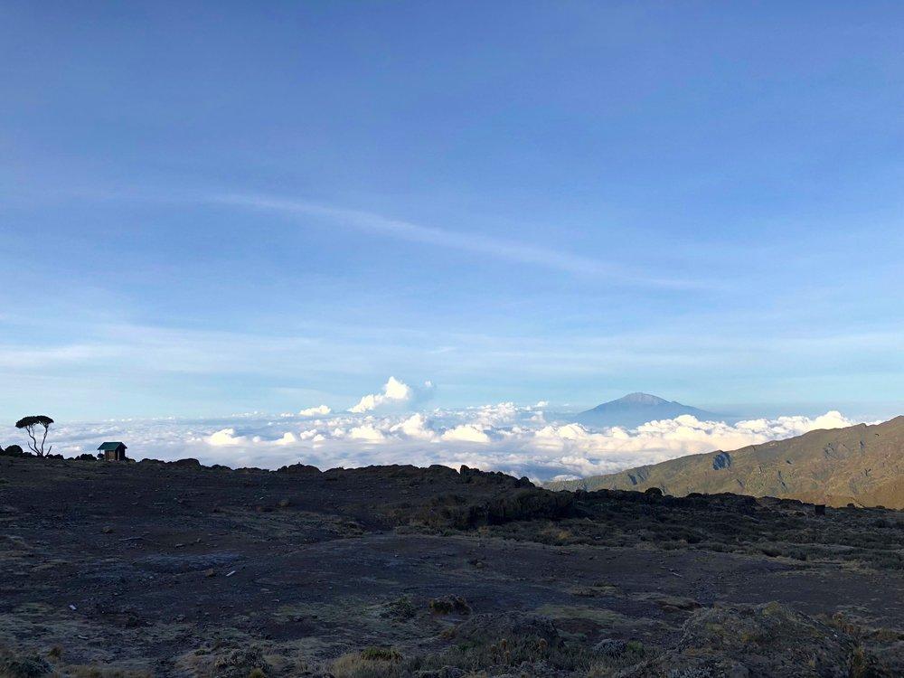 SHIRA CAMP 3750 METER AMSL mit blick auf MT. Meru