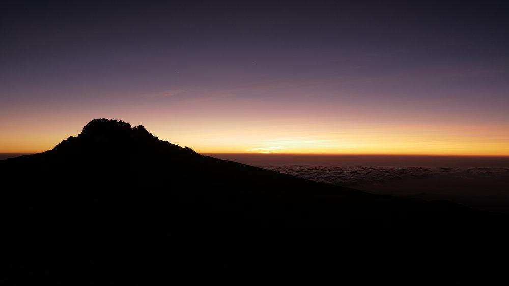 Sonnenaufgang mit blick auf den mawenzi (DER DUNKLE) mit einer höhe von 5148m AMSL.