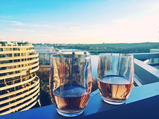 It may be fall, but DC temperatures still call for rooftop rosé! For a phenomenal happy hour view, head to the @watergatehotel 🥂🍷💕 . . . #fall #views #washingtondc #dc #happyhour #rose #drinks #view #sunset #weekend #saturday #firstmonthabroad #expats #expatlife #usa #weekendvibes #lovethisplace #travelblogger #followme #discoverdc #hotel #rooftop #travelphotography #travel #views😍 #expat