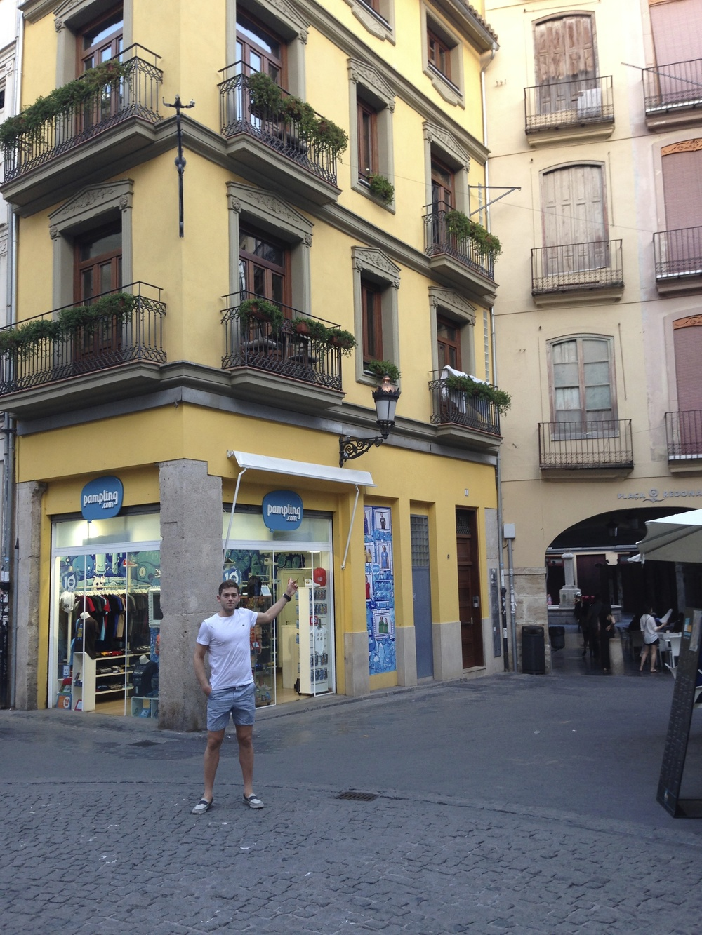 "The Couple is renting a small, single-bedroom unit in the center of ""la Ciudad Vieja"" (Old City).  Equipped with a kitchen, of course."