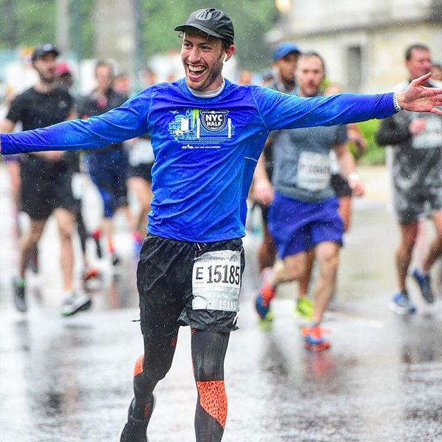ALL SMILES in the pouring rain when @jenglantz braves the weather to cheer you on in the #BKHalf!!! 🏃🏼